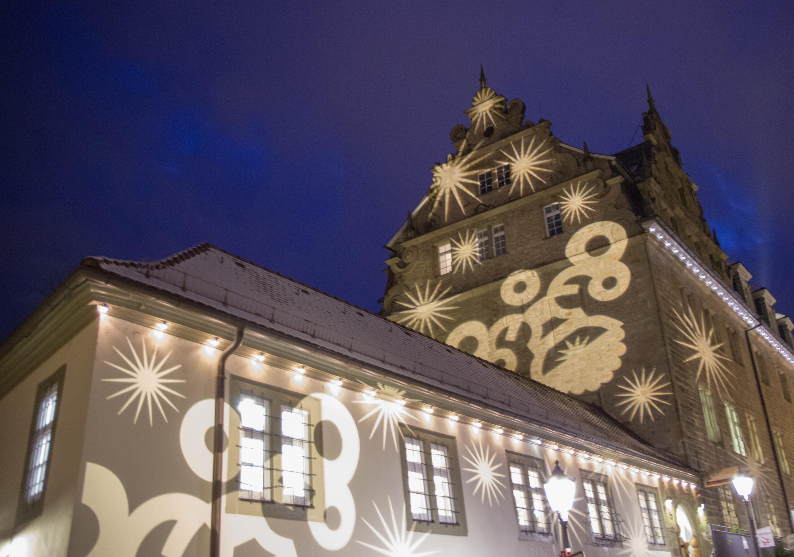 Weihnachtliche Illumination des Öhringer Rathauses
